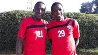 Makipa wa Kenya, Ian Otieno (Kushoto) na Boniface Oliech (Kushoto) wakiwa mazoezini
