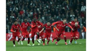 Le match était classé à haut risque en raison des débordements du match aller et de la sanction infligée par l'UEFA aux deux clubs.