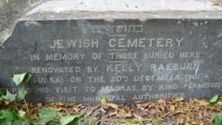 Piedra con inscripción en el cementerio.