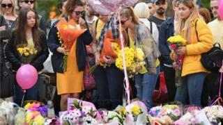باقات ورد لذكرى الضحايا