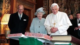 Королева і папа Римський