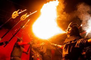 ผู้ร่วมงานแต่งชุดโบราณเข้าร่วมเทศกาลโกร์เรฟอก (Correfoc) ในเมืองปาลมา เด มายอร์กา (Palma de Mallorca) เทศกาลโกร์เรฟอก เป็นงานรื่นเริงที่จัดขึ้นตอนกลางคืน โดยผู้ร่วมงานจะแต่งตัวเป็นปีศาจและเดินพาเหรดไปตามท้องถนนพร้อมกับไฟ