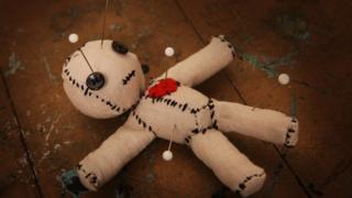 muñeco Vudú con alfileres