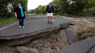 Pavimento roto por el terremoto.