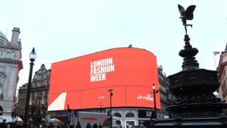 倫敦時裝周的字樣上了皮卡迪利廣場上的大熒幕廣告牌。