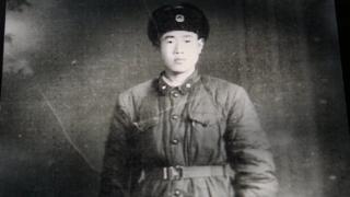 1960年,王琪修讀完測量之後入伍,為中國解放軍修路。