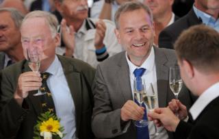 Holm y Gauland, de Alternativa para Alemania (AfD) brindan tras conocer su victoria en las elecciones parlamentarias del estado Mecklemburgo-Pomerania Occidental.