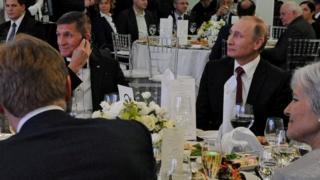 フリン氏(写真左)とプーチン大統領(同右)は2015年にモスクワで開かれた夕食会で隣り合って座った