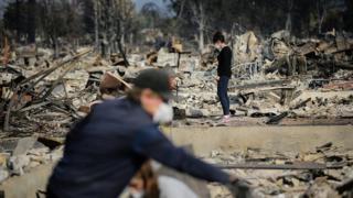 Depuis une semaine et le départ de ces feux, quelque 864 kilomètres carrés de zones résidentielles, de forêts et de structures diverses ont été ravagés par les flammes dans la région de la vallée de Napa, connue à travers le monde pour ses vignobles.