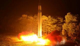 (แฟ้มภาพ) สำนักข่าวกลางเกาหลี (KCNA) เผยแพร่ภาพขณะเกาหลีเหนือทดสอบขีปนาวุธพิสัยไกลข้ามทวีปฮวาซอง-14 ครั้งล่าสุด
