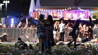 Dos personas se abrazan en la matanza de Las Vegas