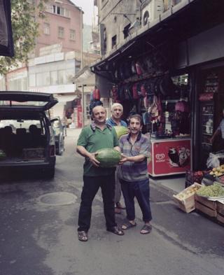 Трое мужчин с арбузом