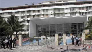 """La devanture de l'Assemblée nationale du Sénégal, le 23 juin 2011. Le peuple avait fait face aux forces de l'ordre pour dire """"Non"""" au vote du ticket présidentiel (illustration)."""