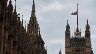 英国议会下半旗致哀。