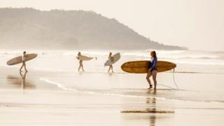 В Коста-Рике прекрасные пляжи, где можно заниматься серфингом и, конечно, плавать