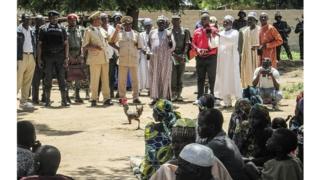 Des agents de sécurité camerounais s'adressant à la population à Kolofata après un attentat en 2015