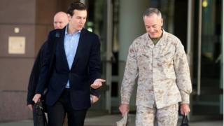 جارد کوشنر، داماد و مشاور ارشد رئیسجمهوری آمریکا در کنار ژنرال جوزف دانفورد، رئیس ستاد مشترک نیروهای مسلح آمریکا، پیش از پرواز به عراق