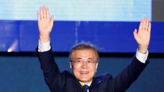 El presidente electo de Corea del Sur, Moon Jae-in, celebra en la Plaza Gwanghwamun en Seúl, Corea del Sur, el 9 de mayo de 2017.