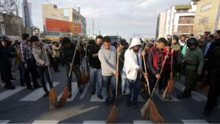 Sokak temizleme cezası alan İranlılar