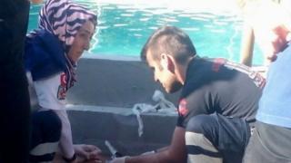 Penyelamat di lokasi di kolam renang di Akyazi