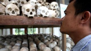 Красные кхмеры под предводительством Пол Пота уничтожили почти четверть населения Камбоджи... Они держали оборону недалеко от Ангкор-Вата вплоть до 1999 года