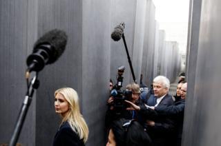 Ivanka Trump camina entre el Monumento del Holocausto en Berlín.