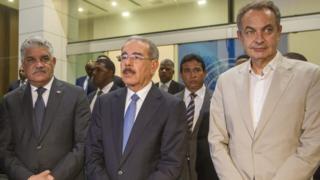 El canciller de Dominicana, el presidente Danilo Medina y el expresidente del gobierno de España José Luis Rodríguez Zapatero.