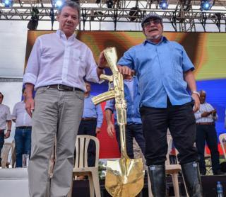 El presidente Juan Manuel Santos (izquierda) junto a Rodrigo Londoño Echeverri, Timochenko, jefe de las FARC.