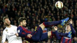 C'est la première fois depuis 35 ans que les deux clubs jouent hors d'Espagne