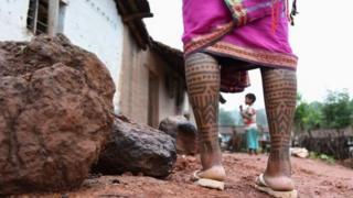 ટેટૂ ધરાવતી મહિલાના પગ