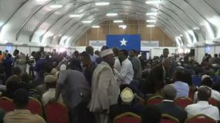Wabunge wakipiga kura katika eneo la kuwekea ndege ndani ya uwanja wa ndege wa Mogadishu