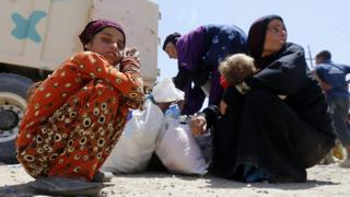 Displaced Iraqis arrive at the Hammam al-Alil, south of Mosul, after fleeing their homes in the city's western al-Saha neighbourhood during the government forces ongoing battle to retake the area from Islamic State (IS) group fighters on May 28, 2017.