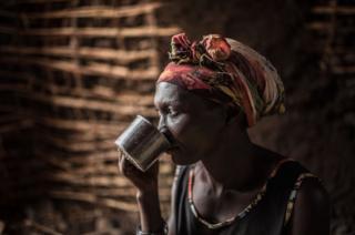 Monica Achan akinywa maji kutoka mto Nile