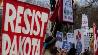 パイプラインをめぐる訴訟は続いている(写真は今月8日にホワイトハウス前で行われたデモ)