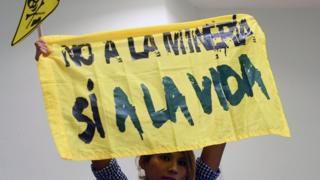 Manifestante contra la minería en El Salvador