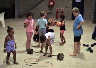 Дети в противоштормовом укрытии в городе Эйр, штат Квинсленд