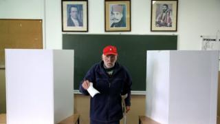 Oy kullanan bir Bosnalı Sırp