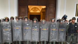 Guadias Nacionales ante la puerta de la Asamblea