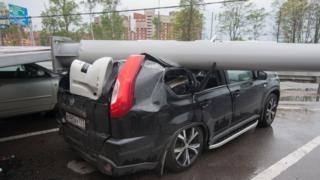 столб, упавший на машину во время урагана в Москве