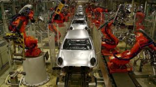 Fábrica de automóvel operada por robôs