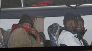 Calais'den ayrılan mülteciler