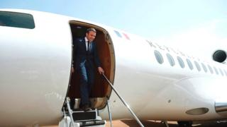 son avion s'est posé dans la base militaire française de Gao, dans le nord du Mali, peu avant 10H00 GMT.