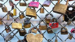 """Candados """"del amor"""" en el Pont des Arts en París"""