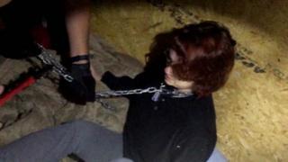 Kala Brown siendo liberada