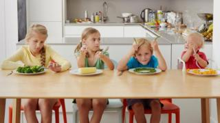 Діти за столом