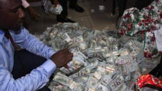 Деньги, изъятые на частной квартире в Нигерии
