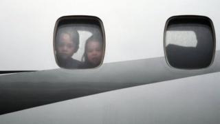 飛機抵達華沙後,喬治小王子和夏洛特小公主從舷窗向外眺望。