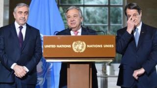 นายอันโตนิโอ กูแตร์เรส เลขาธิการสหประชาชาติ (คนกลาง) นายนิกอส อนาสตาซิอาเดส (ขวามือ) และนายมุสตาฟา อคินซิ (ซ้ายมือ)