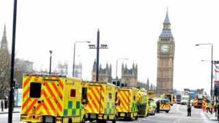 Ambulâncias na ponte de Westminster