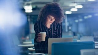 женщина со стаканчиком кофе